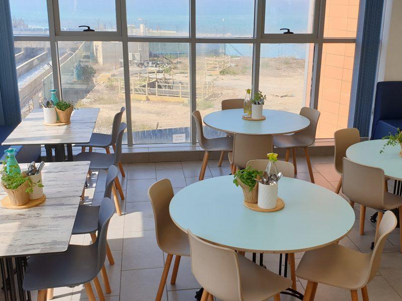 חדר אוכל עם נוף לים