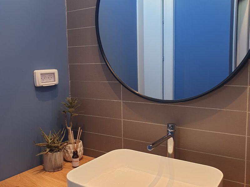 שירותים - איזור רחיצת ידיים בצבעים לא מתנצלים